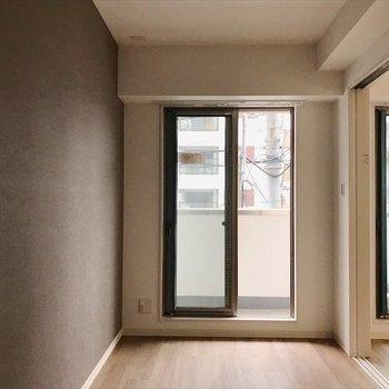 洋室①】ベッドがすっぽり収まる広さ! ※写真は2階の別室、同間取りのものです。