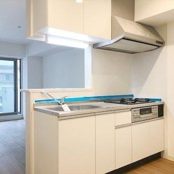 キッチンは広くて、余裕ある空間なので 食器棚や冷蔵庫が置けます◎ ※写真は2階の別室、同間取りのものです。