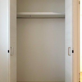 洋室②】家族の洋服しっかり収納できますね♪ ※写真は2階の別室、同間取りのものです。