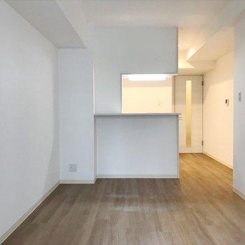 白を基調とした空間に広がるのは、 あたたかみのあるフローリング。 ※写真は2階の別室、同間取りのものです。