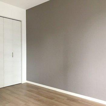 洋室①】クロスは優しいブラウンで、落ち着きます〜! ※写真は2階の別室、同間取りのものです。
