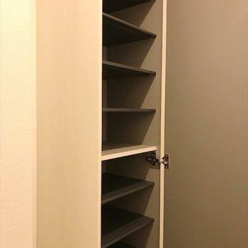 背の高いシューズボックスがあるので、 安心ですね。 ※写真は2階の別室、同間取りのものです。