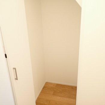 廊下の収納です。ボックスを使って収納したいですね。