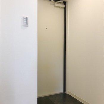 廊下の先には明るい玄関◎※写真は同間取り・別部屋のものです。
