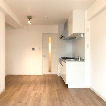 白を基調とした空間に広がるのは、 あたたかみのあるフローリング。※写真は同間取り・別部屋のものです。