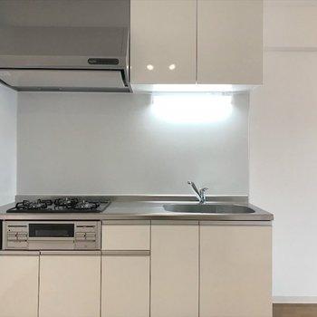 キッチンは広くて、余裕ある空間なので 食器棚や冷蔵庫が置けます◎※写真は同間取り・別部屋のものです。