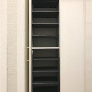 背の高いシューズボックスがあるので、 安心ですね。※写真は同間取り・別部屋のものです。