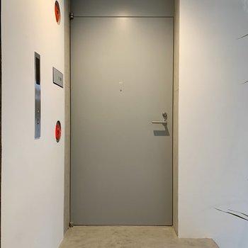 重厚感ある扉に。