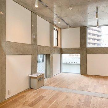 たくさんの窓が色々なお部屋の表情を見せてくれそうだ。※写真は前回募集時のものです