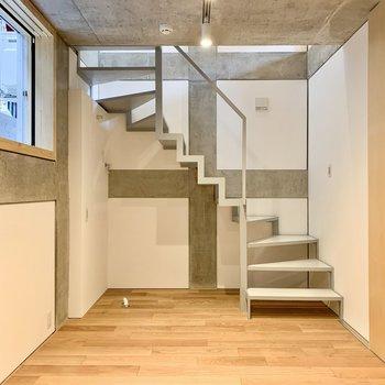 【洋室】ジグザグの階段の形がいい。
