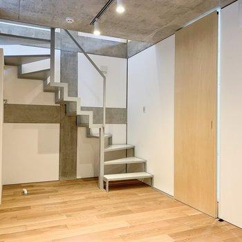 【洋室】階段下は、洗濯機置き場になります。