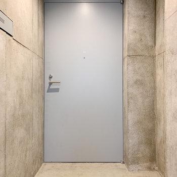 重厚感ある玄関扉。オートロック内なので安心。