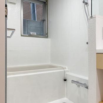小窓付きの浴室です。