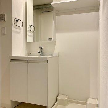 洗面台と洗濯機置き場は隣り合っています※写真は3階の同間取り別部屋のものです