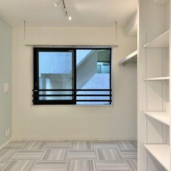 白とブルーで爽やかなお部屋です※写真は3階の同間取り別部屋のものです