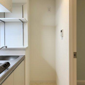 冷蔵庫は隣に置けますよ※写真は3階の同間取り別部屋のものです