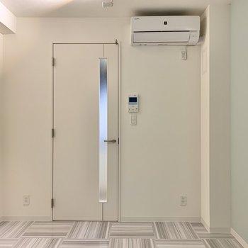 クッションや椅子をあえて暖色系にするとポップで可愛らしい印象に※写真は3階の同間取り別部屋のものです
