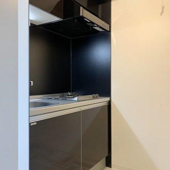 キッチンはダークトーンでシック※写真は3階の同間取り別部屋のものです