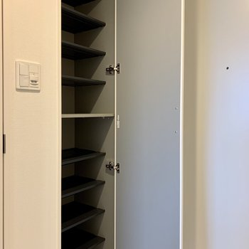 1人分の靴なら十分な収納量※写真は3階の同間取り別部屋のものです