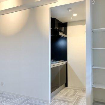 キッチン入り口側にも棚があるんです※写真は3階の同間取り別部屋のものです