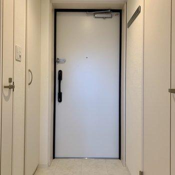 玄関は居室まで段差がありませんよ※写真は3階の同間取り別部屋のものです