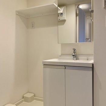 洗濯機置き場と洗面台は隣り合っています※写真は3階の同間取り別部屋のものです