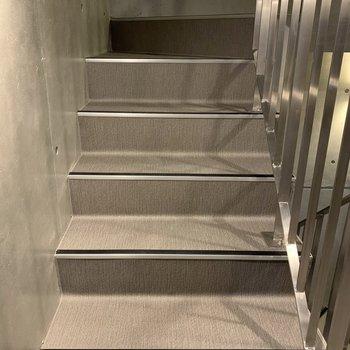 階段幅はやや狭めなので、大きい荷物の時は確認を!
