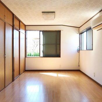 【上階・洋室9.75帖】高さと広さがあり開放感◎