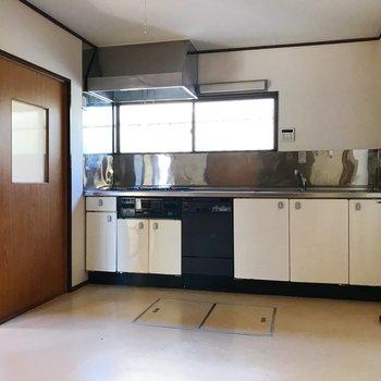 【下階・DK】ワイドサイズのキッチンが魅力的。
