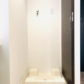 洗濯機置場。脱衣スペースもしっかり確保されています!(※写真は9階の反転間取り別部屋のものです)