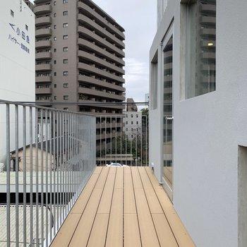 【上階】上の階にも同じ広さのバルコニーがあります。