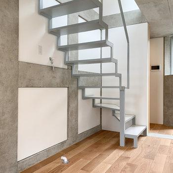 洗濯機置き場は階段下に〜