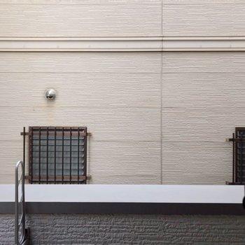 目の前は建物の壁です。人目は気になりませんよ。
