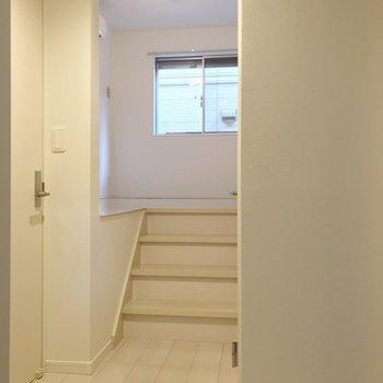 玄関近くには水回り。階段をのぼってリビングです。