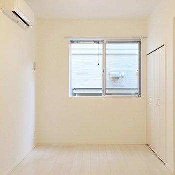 ゆったり使えそうな8帖の洋室。ソファダイニングにしてもいいなぁ。