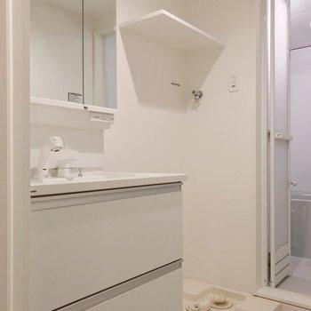 どっしり洗面台で朝の支度もラクラクです!