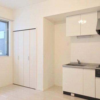 キッチンとクローゼットは壁際に。家具の配置にも困らなさそうです。