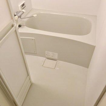 お風呂は隙間が少なくてお手入れ簡単。追焚機能に浴室乾燥機も付いています。