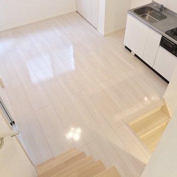見下ろすとこの景色。白い内装はどんな家具も似合いそうだ…!