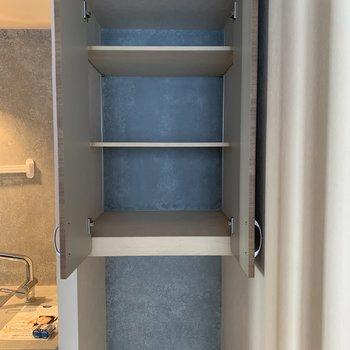 上には食器類や調理器具、下には冷蔵庫かな