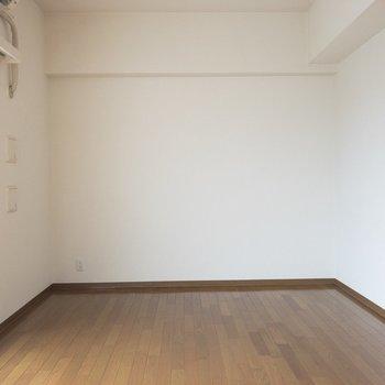 ダークブラウンのフローリングがお部屋に落ち着きを与えます◎※写真は8階の同間取り別部屋のものです