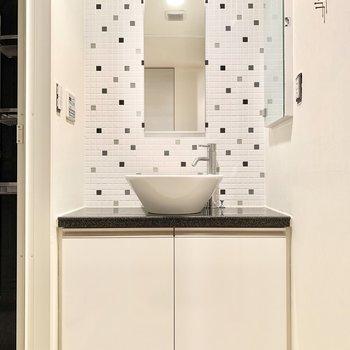 歯ブラシなどは右手の壁の棚に収納できそう。