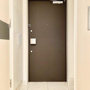 ダブルロックで安心感のある玄関扉です。