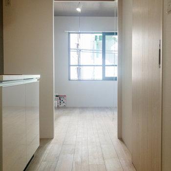 玄関から洋室まで。色合いが素敵ですね。