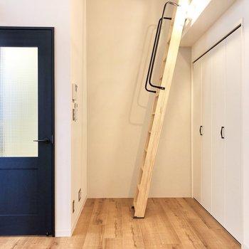 扉のネイビーがお部屋にマッチ♪ あの扉の先は玄関です。