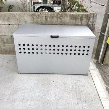 ゴミ出しは敷地内にあるこのボックスへ。