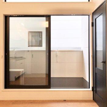 大きめの窓があるおかげでお部屋が少し広く感じました◎