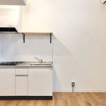 キッチン横のスペースもしっかりめ。冷蔵庫に食器棚も置けますよ◎