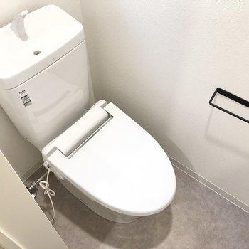 コンパクトなトイレには小窓と棚付き!