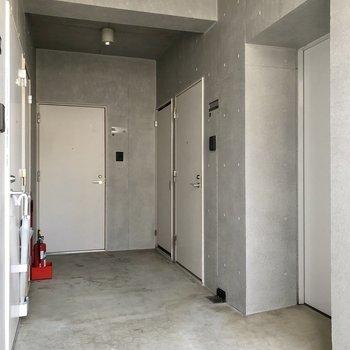 右にはエレベーターもあります。